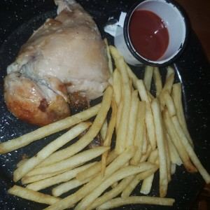 Pollo con papitas. menu kids