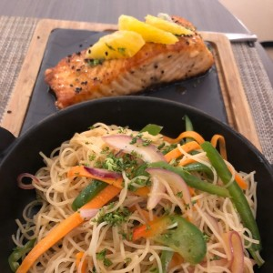 Salmon con rice noodles