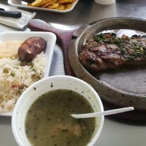Churrasco con arroz con vegetales y sopa