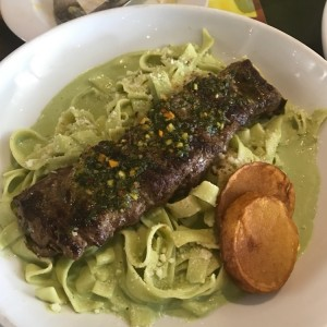 churrasco con tallarines verdes