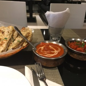 Butter Chicken, Shrimp tikka masala y Garlic Naan
