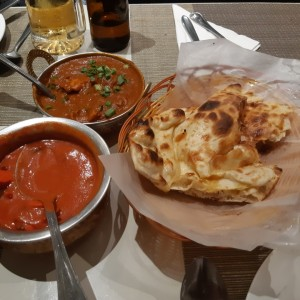 Butter Chicken, Chicken curry y Naan.