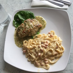 corvina al ajillo con fetuchini carbonara