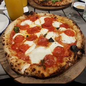 Pizza Margherita napolitana con extra de pepperono