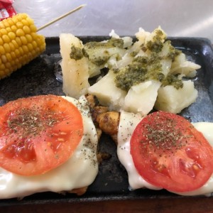 filete de pollo con queso mozarella y tomate