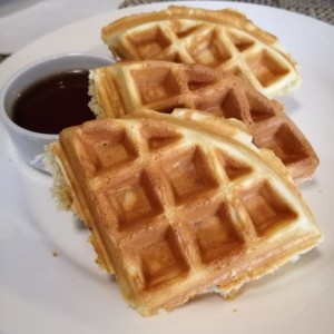 Waffles con queso cheddar y bacon