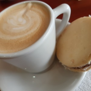 Latte y alfajor
