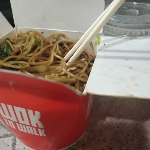 Wok de pollo y limonada incluida