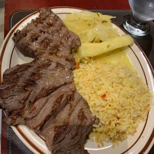 Filete con arroz y yuca al mojo