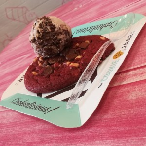 Galleta Red velvet con helado de brownie