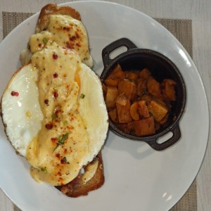 EGGS & BENEDICTS - Country Chicken Benny