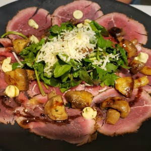 Carpaccio de Res con Costra de Especies