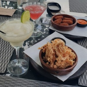 Chicharrón de Pollo y Croquetas de Jamón Ibérico. Margarita y Cocktail de Vodka