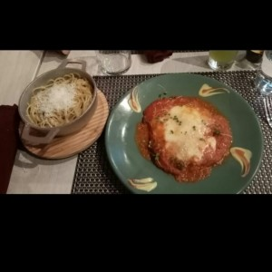 Filete de pollo con salsa roja y queso parmesano