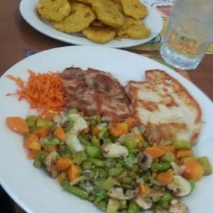 Filete de Pollo en Vegetales con Patacones