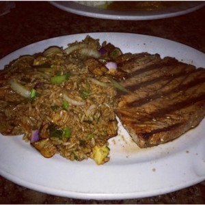 Tuna steak con arroz Japonés