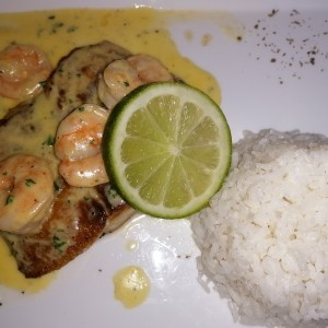 filete de corvina con camarones