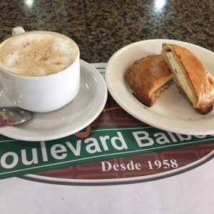 Capuchino + Pastelito de queso blanco