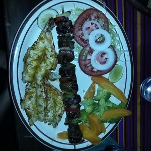 Brocheta de filete de res y camarones jumbo