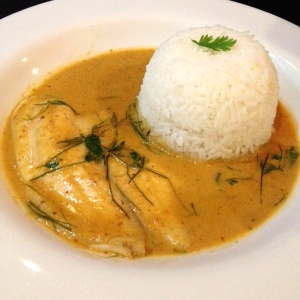 Curry de pescado y arroz con coco
