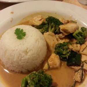 red curry con extra vegetales y pollo
