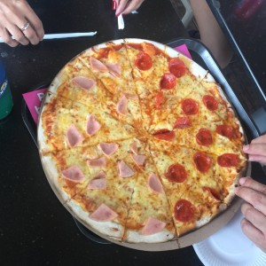 pizza familiar mitad peperoni mitad jamon