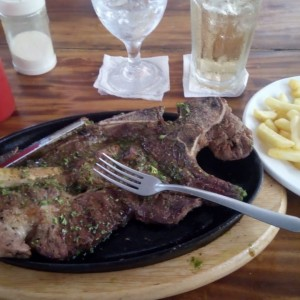 churrasco con papitas fritas y un refresco gingerale