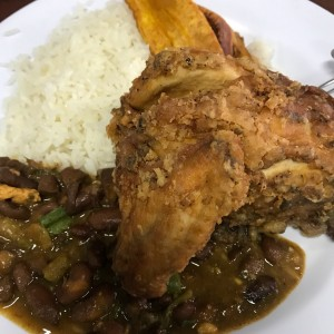 Pollo frito, arroz y porotos