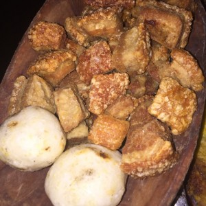 chicharrones con arepitas