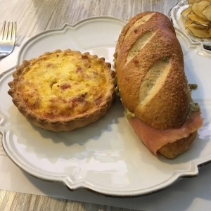 quiche y sandwich de salmon