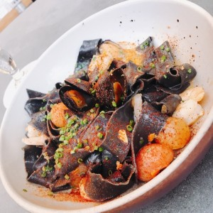 papardelle negro con frutos de mar