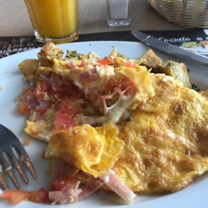 Omelette con jamón, queso, cebolla y tomate