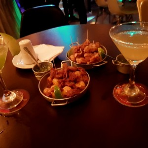 chinchulines y chicharroncitos con margaritad