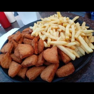 Nuggets y papas fritas