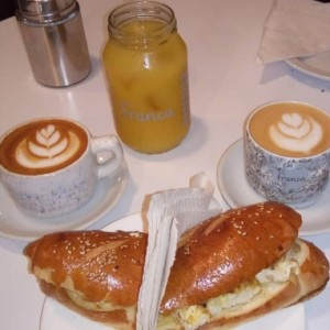 Sandwich de Pollo + Cafe + jugo Parchita