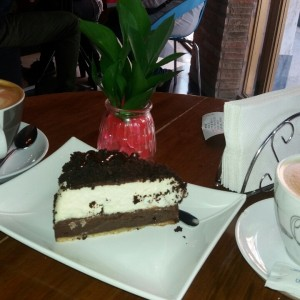torta de queso brownie y café