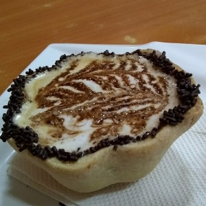 cafe con leche en taza de galleta