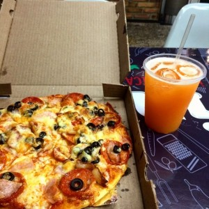 pizza con 3 toppings y jugo de melon