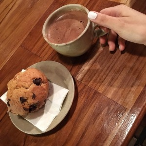 muffin y chocolate caliente