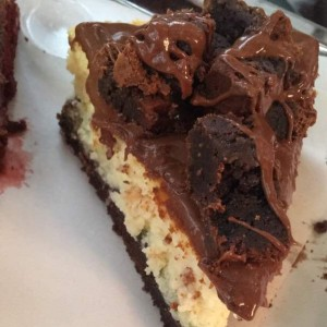 cheesecake con trozos de brownie