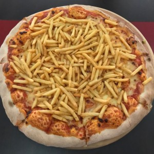 Pizza margarita con papas fritas.