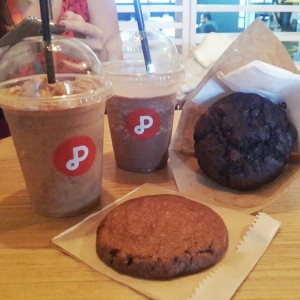 Frappuccinos de chocolate y chips. Galleta y muffin de chocolate.