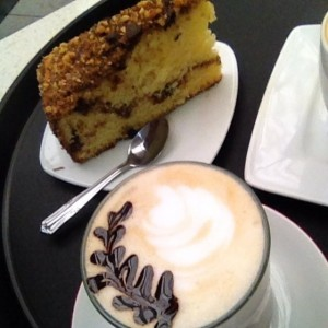 latte vainilla y torta choconueces