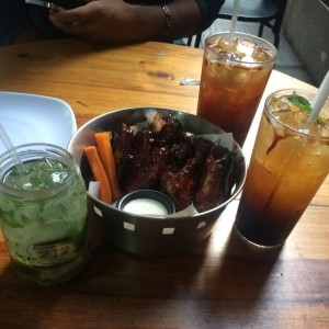 chicken wings, papelon con limon y mojito