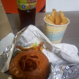 Hamburguesa doble con queso y papas trufadas