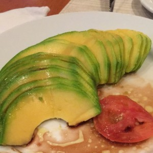 aguacate con tomate