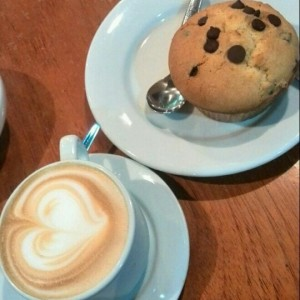 Capuchino y Muffin de Chocolate